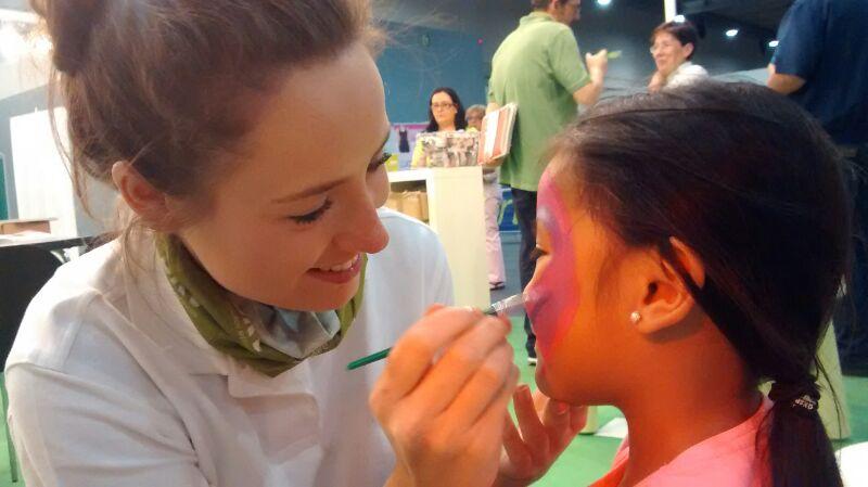Nuestras azafatas realizando animación infantil en la Carrera de la Mujer